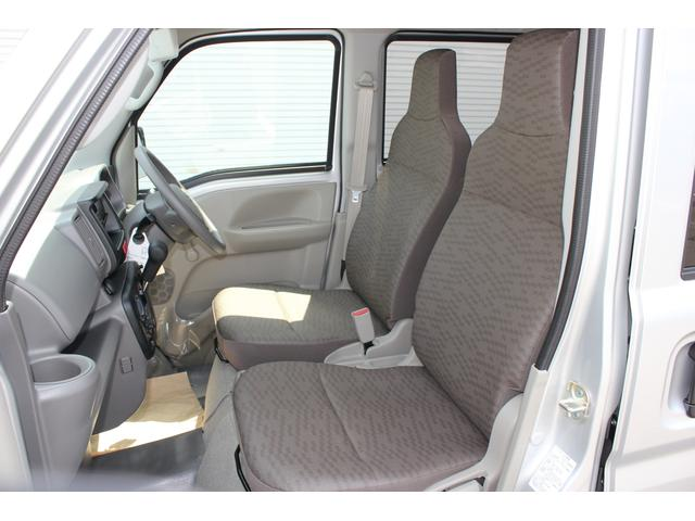 視界が良く、足元も広く快適な運転席。乗る人の体格にあわせて最適な運転姿勢がとりやすい230mmのシートスライドを採用しました。