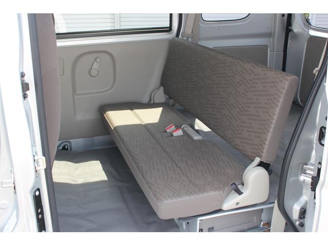 前席、後席ともに、地上高の低い乗降ステップを装備。さらに運転席と助手席には握りやすい大型の乗降グリップを採用。スムーズで安全な乗り降りができる親切設計です。