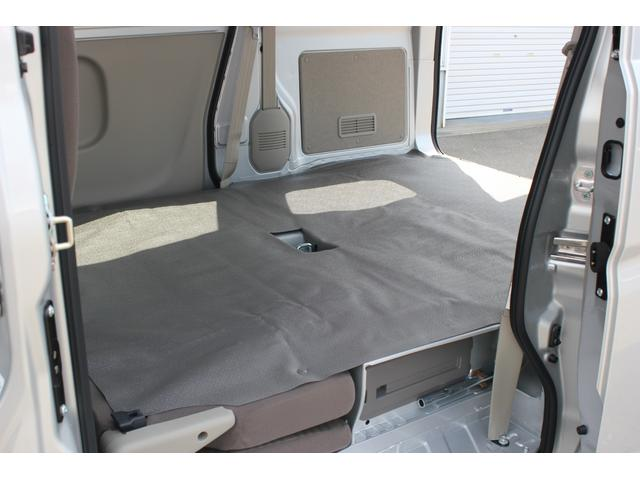 ホイールベースを拡大し、ゆとりある荷室床面長で、助手席のシートバックを前に倒すと、さらに長尺物の積載に対応できます。