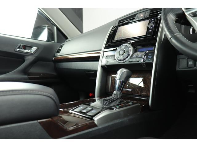●シックな色使いの運転席周りで、ザ・セダンって感じですね。すっきりとしたデザインで品のある色使いです。居心地の良い運転席、長く座ってられるリラックスできるデザインがいいですね。