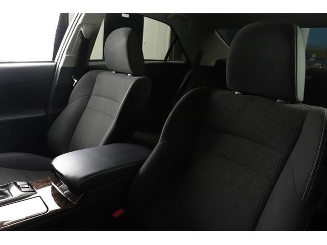 ●木目パネルをふんだんに使った高級感溢れるデザイン。運転席から、各種ボタンの操作がしやすいように設計されています。