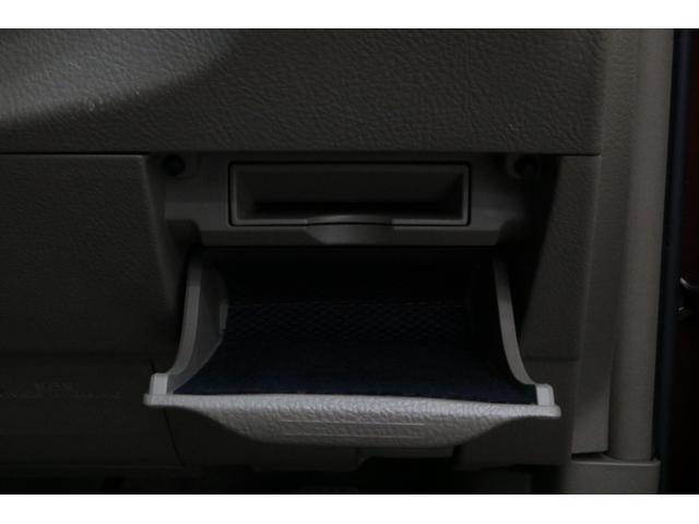 お客様が直接肌に触れる内装の仕上げには、特に力を入れております。シート、天井、フロアなどを専用の溶剤を使用して念入りに清掃いたします。0066-9707-40630013804