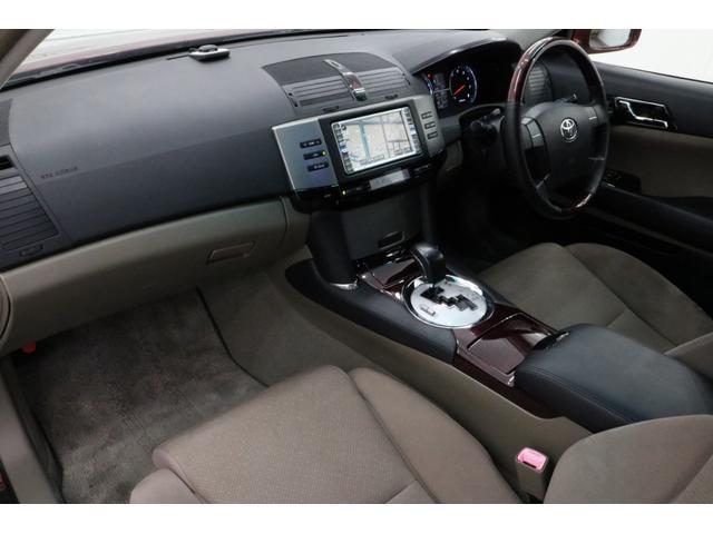 ●木目パネルをふんだんに使った高級感溢れるデザイン。運転席から、各種ボタンの操作がしやすいように設計されています。0066-9707-40630013804