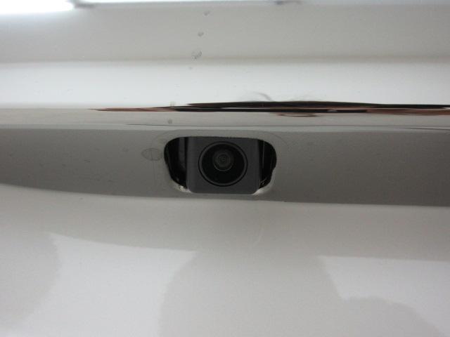 車庫入れが苦手な方も安心・安全のカラーバックカメラ付き!
