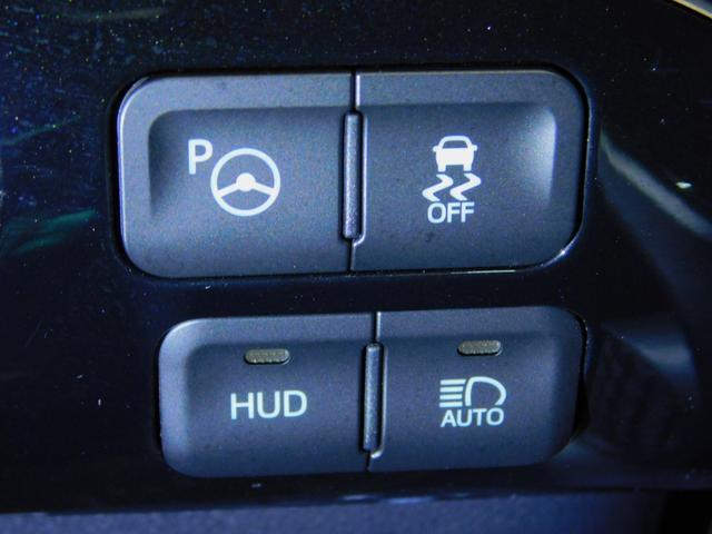 ヘッドアップディスプレイ装備!運転に必要な情報をウインドシールドガラスの視野内に投影。少ない視線移動で情報を確認出来ます。ハイテクなコックピットです!