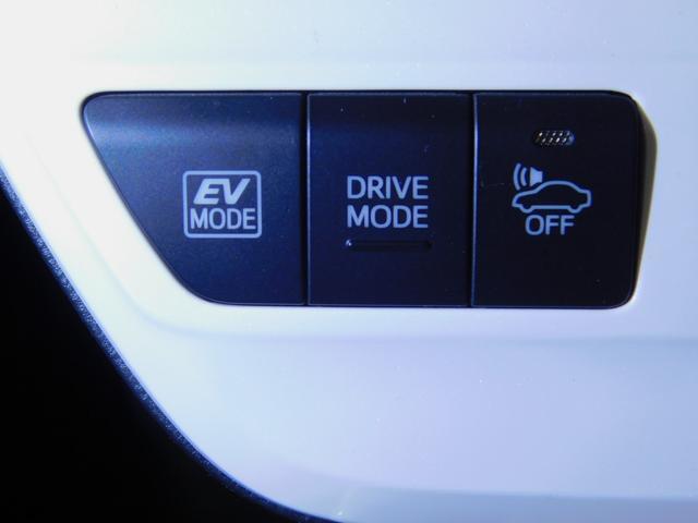 【車両接近通報装置】発進から車速約25km/hまでのEV走行中、または後退時に自動で発音。歩行者に音で接近を伝えます。また発音は、一時停止スイッチ操作でON/OFFが可能。