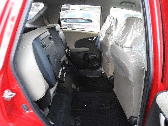 ご覧のように後部座席をはね上げれば、広い足元を活かして、背の高い荷物も余裕をもって積めます。