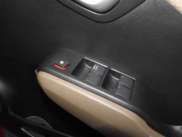 ウィンドウ開閉ボタン。運転席はオート式です。