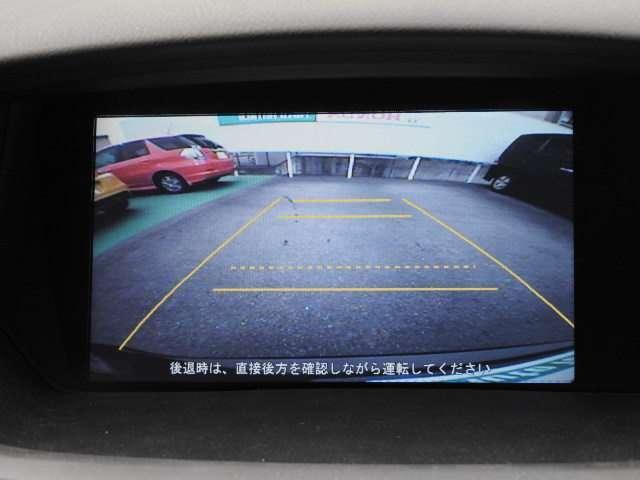 リアカメラ装備しています。バックギアに入れると、自動でナビ画面にカメラの映像が映ります。運転が苦手な方も安心です。