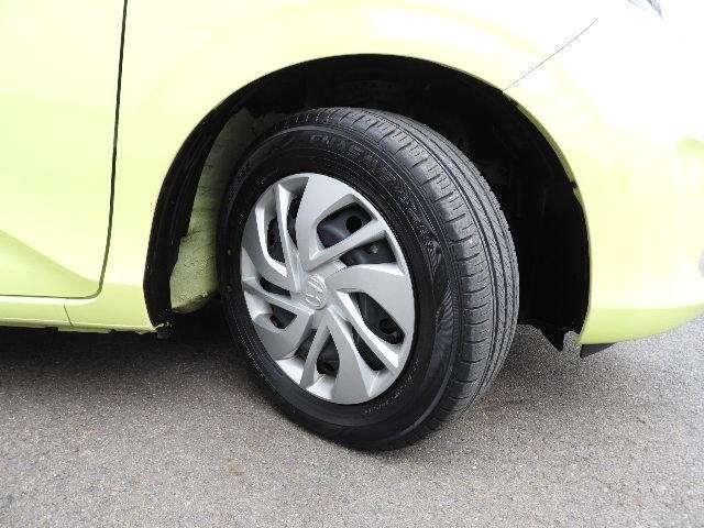 タイヤサイズは185/65R15インチです。タイヤの溝は前後左右とも6mmございます。