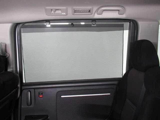 【スクリーンサンシェード】日差しを和らげ、プライバシーの保護にも役立ちます。後部座席にお子様を乗車させるときも、ゆっくりお昼寝できますよ!