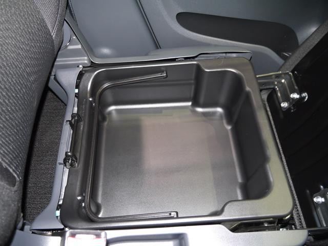シートアンダーボックスが付いております。助手席の座面を跳ね上げて頂くと出てまいります。深さもあって使いやすいですよ。