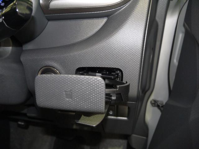 運転席のカップホルダーは格納式なんです。