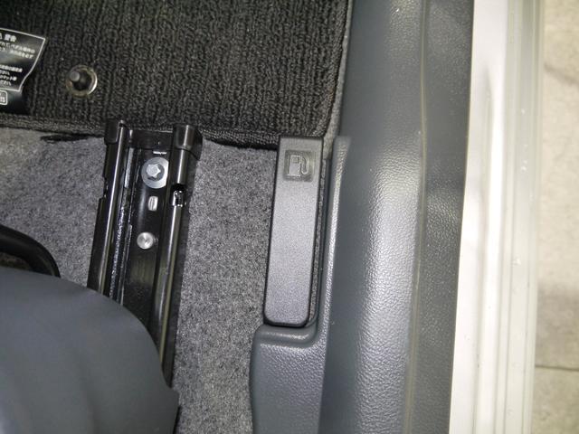 給油口のオープナーは運転席の足元にあります。