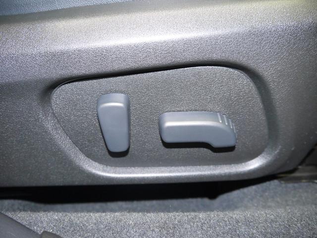 【運転席シートリフター】前が見にくくて運転しにくいなぁ。そんな時、シートをちょうど良い高さに調整が出来て、運転する人それぞれの体格に合わせることが出来ます!さらに電動ですよ!