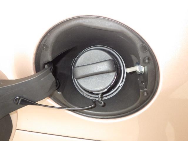 給油口の蓋の裏側です。見過ごしそうなところまで綺麗にします