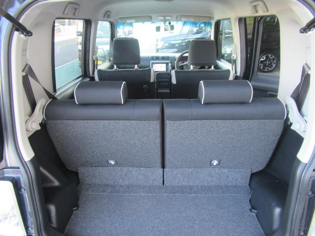 見た目以上に広く使えるトランクルームです。後部座席はリクライニング可能で、さらに前方向に倒すことができますので、さらに大きな荷物や長い荷物も積み込みができます。