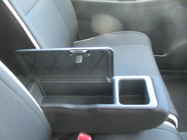 フロントシートには小物入れ付きのアームレストを装備しています。長時間の運転もラクラクです。