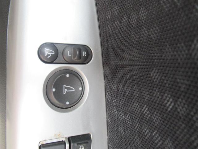 電動格納ミラー!!!室内のボタンからドアミラーの開閉やドアミラーの角度調整が可能です。