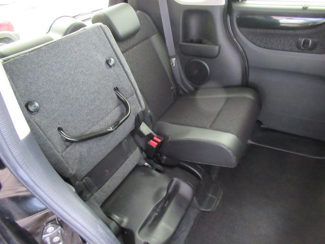 リアシートのクッションは左右独立で跳ね上げることができます。荷室として使えます。