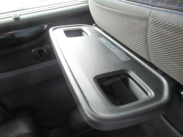 リアシート用のカップホルダーはフロントシートの背面にテーブルと一緒についています。