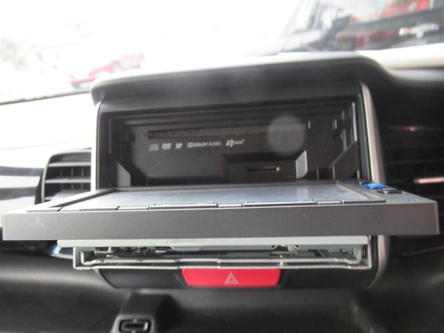 ナビの画面を開けるとディスクの挿入口があります。