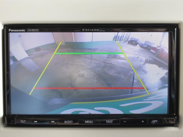バックカメラ付きでラクラク駐車(^^♪ 死角になりやすい後方を確認しながら駐車できます。一度バックカメラを経験してしまうと次の車を買うときには絶対に取付したいパーツですよね!