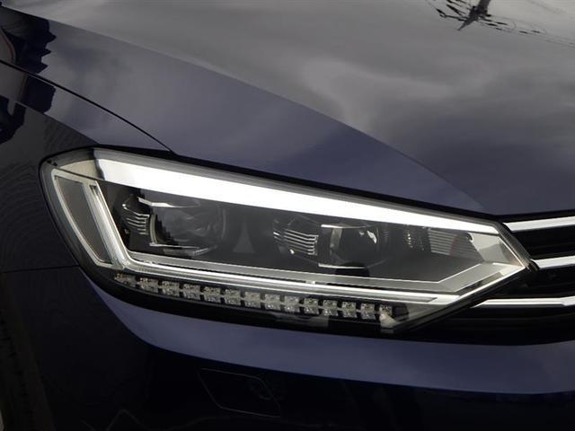 バイキセノンヘッドライトは、本当に明るくて安全です。暗い夜道からお客様を守ってくれます。運転しやすいですし、自慢にもなるかも?黄色いハロゲンライトと見比べてください。