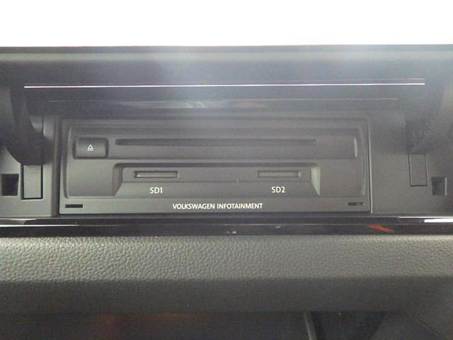 CDやSDカードのスロットが助手席側にあります。