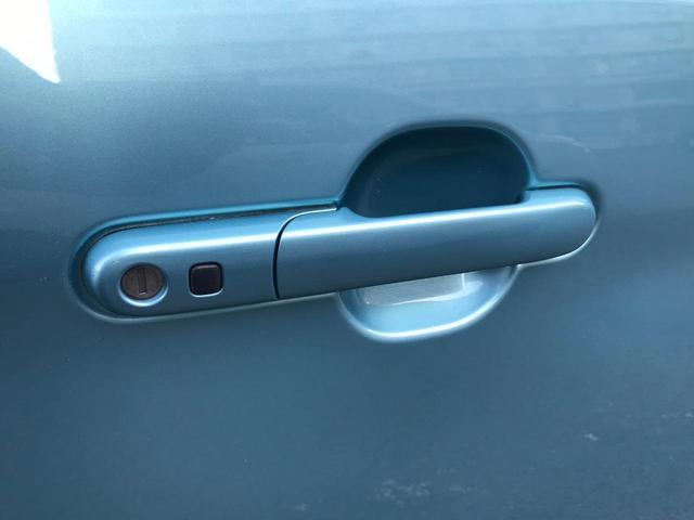 車外からも、キーを取り出さずにリクエストスイッチで開閉できます。