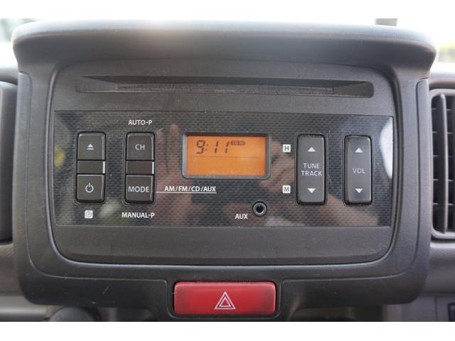 純正CDデッキ。CDやラジオ、AUX接続で携帯の音楽などを楽しむ事ができます。