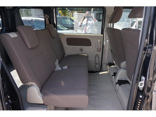セカンドシート広く取られており快適な空間になっております。