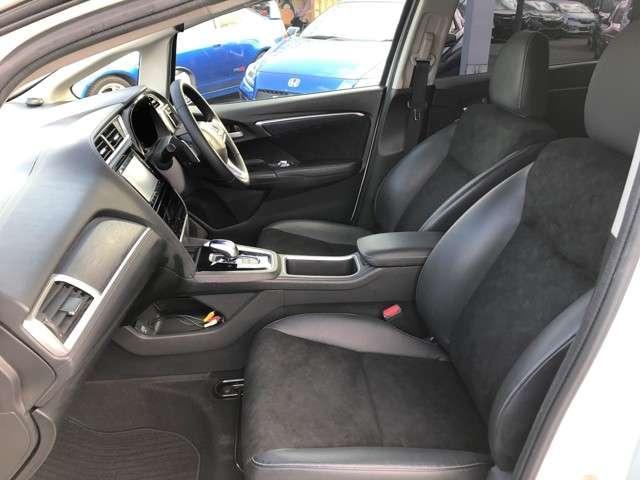 フロントシートです。ドライバーズシートということで運転中のストレスを軽減するためホールド性能を持たせたデザインです。