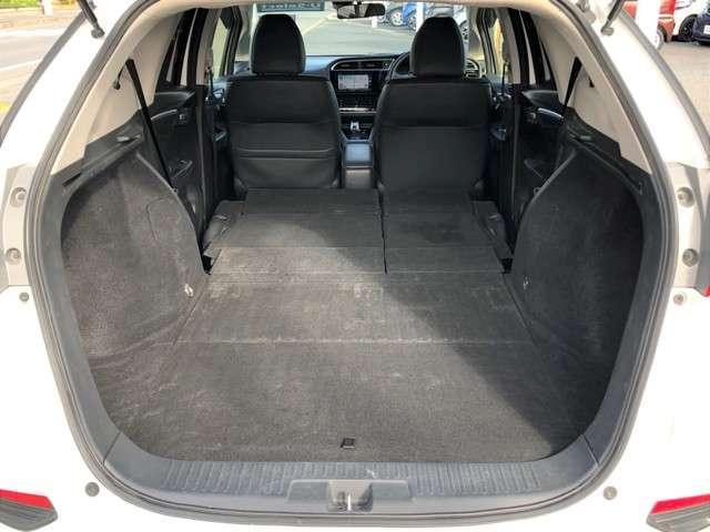 ゴルフバックはもちろん、サーフボードまで積めるゆとりある荷室です。柔らかいカーペット生地でフラットにもなるので車中泊もできちゃう!?