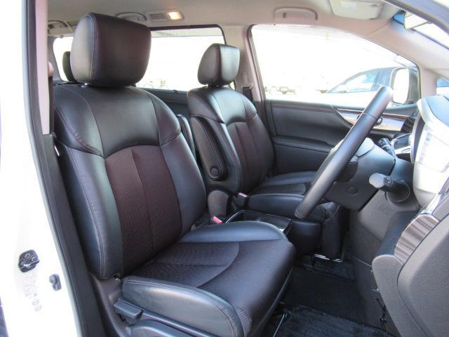 フロントシートは足元も広いです!乗り降りもしやすいですよ!