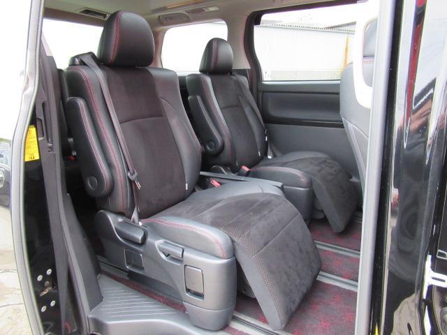 セカンドシートもこんなに広々してますよ!ゆったり座れますので同乗者の方も喜ばれますね!