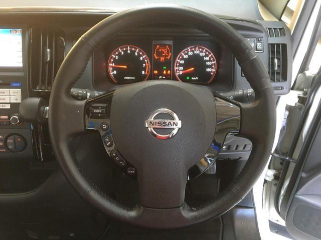 【ステアリングスイッチ】運転中にも音量調整などができてとても便利ですね。