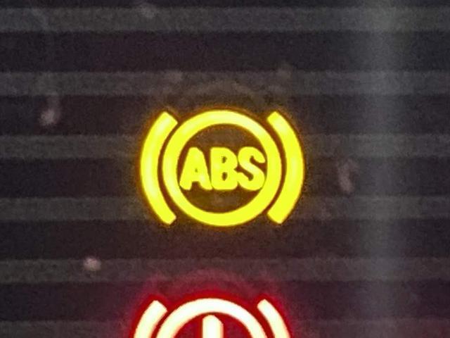 【ABS】急ブレーキや低摩擦路でのブレーキ操作において、車輪のロックによる滑走発生を低減してくれます。