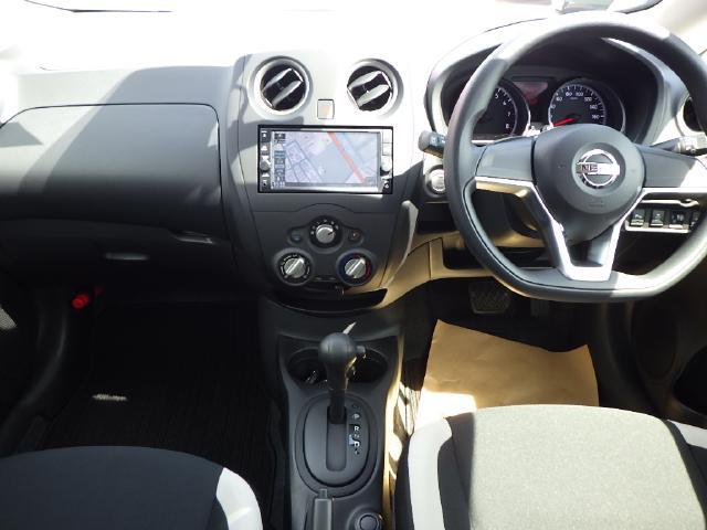 開放感のある運転席周り、メーターやスイッチ類も使いやすく配備しています。
