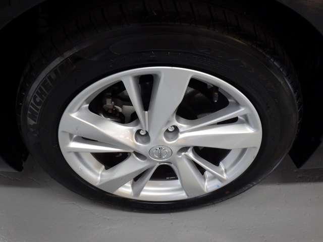 タイヤサイズ「215/55R17」純正のアルミホイールで外観もかっこよく、燃費向上にも一役かっていますよ