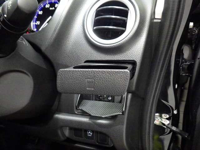 運転席側のドリンクホルダーです。手のとどきやすい位置にあり便利で使い勝手がいいですよ
