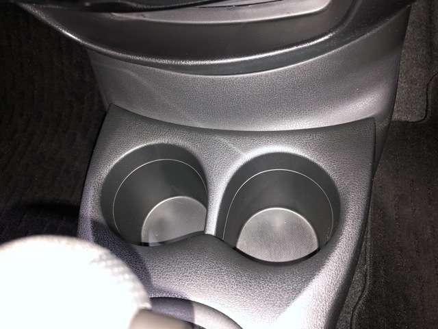 運転席・助手席のドリンクホルダーです。手のとどきやすい位置にあるので便利です