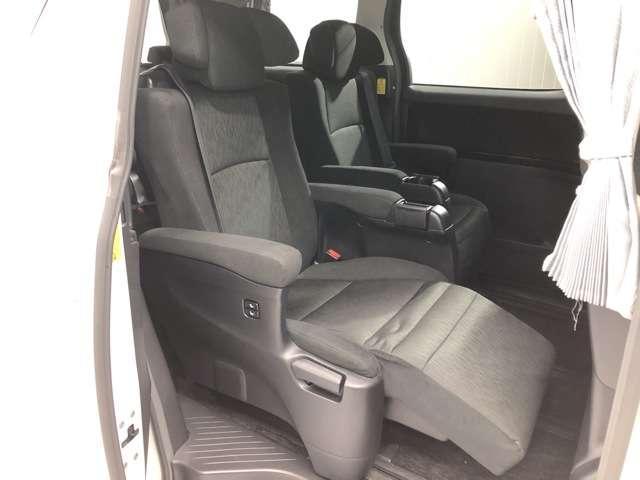 《後部座席》足元もゆったりしており、家族のお出かけも快適にドライブできます★オットマン搭載で長距離ドライブも車内で快適