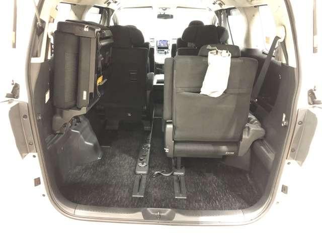 《3列シート》サードシートは跳ね上げ式で女性でも簡単に操作でき、荷物もたくさん積めます★