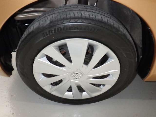 タイヤサイズ「155・65R14」スタイリッシュなデザインのホイールキャップ付きです。