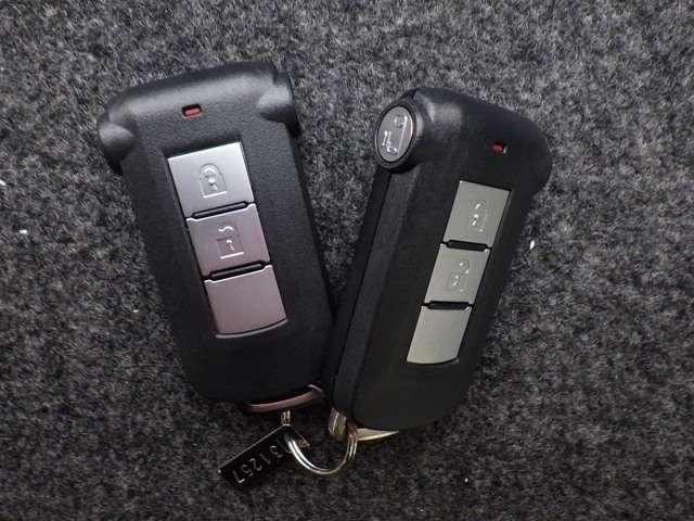 インテリジェントキーを携帯していれば、リクエストスイッチを軽く押すだけでドアのロック・アンロックが可能。雨の日や子供を抱っこしたままでのドアの開閉ができるので便利で使い勝手がいいです♪