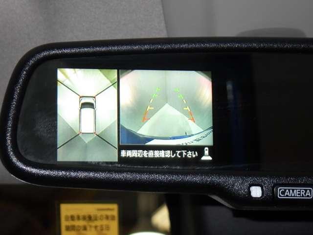 車を上空から見下ろしているかのように、状況を把握できます。4つのビュー「トップ・フロント・サイド・バックビュー」を切り替えることで狭い場所でも周囲が映像で確認できます。(ミラー内)