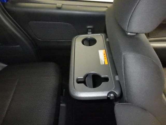 助手席シートバックテーブル付。ドリンクマグ対応ホルダーも搭載。マグが倒れる心配がありませんし、タブレット端末もたてかけやすい形状です。