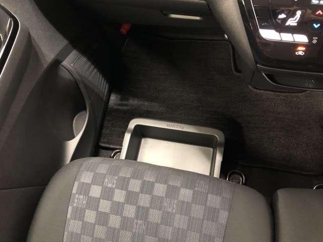 助手席アンダーボックスは運転用の替え靴や、車内に常備しておきたい子供用品、着替えた服などが収納できて便利です。女性に嬉しい収納スペースです