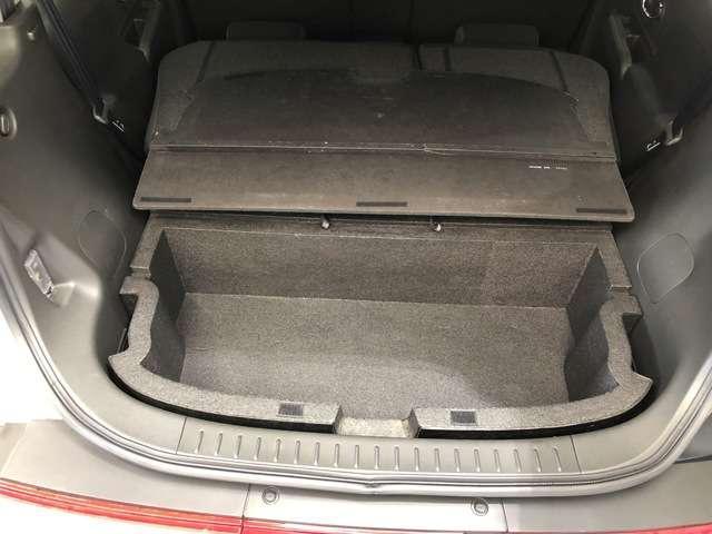 横開きバックドアなら、いつでもラクに開閉。狭い場所でも荷物も積み込みができるので便利です。後部座席をたおすと大きな荷物やゴルフバックも積み込みできます。